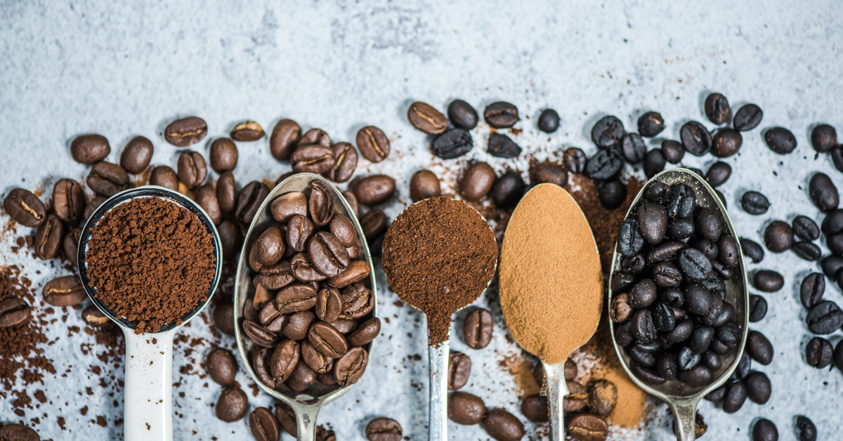 Måleskjeer med kaffebønner eller malt kaffe