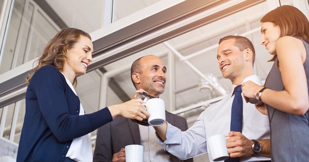 kollegaer-som-drikker-kaffe